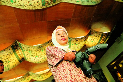 Inspiring Photographer -  Rusidah, an Armless Photographer