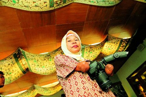 Inspiring Photographer -  Rusidah, an Armless Photographer